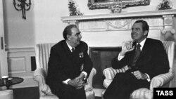 Леонид Брежнев (слева) и Ричард Никсон (справа) во время встречи в Белом доме. Вашингтон, 1973 год.