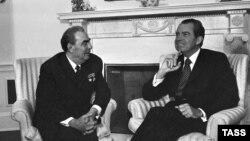 Леонид Брежнев (сол жақта) пен Ричард Никсон Ақ үйдегі кездесуде. Вашингтон, 1973 жыл.