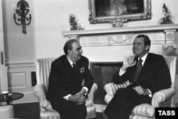 Президент США Ричард Никсон и генеральный секретарь Леонид Брежнев встречаются в Белом доме, 1973 год.