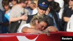 Funerali i një të vrari gjatë kaosit në Turqi.
