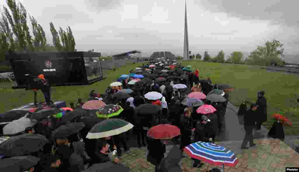 Десятки тысяч армян посещают мемориальный комплекс Цицернакаберд, чтобы почтить память жертв Геноцида армян в Османской Турции 1915 года, Ереван, 24 апреля 2015 г.