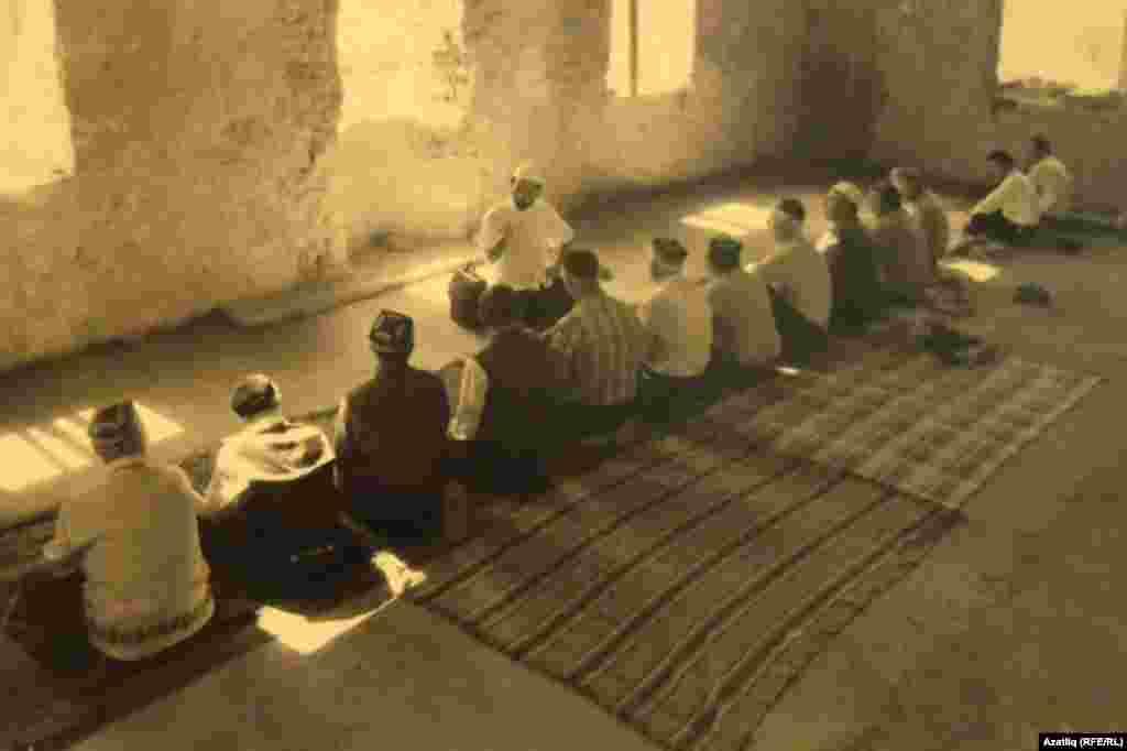 """""""Торгызылган мәчеттә беренче намаз"""", Таракташ авылы,1994. Рифкать Якупов фотосы."""