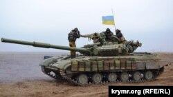 Қырыммен әкімшілік шекарада тұрған Украина танкісі. (Көрнекі сурет)