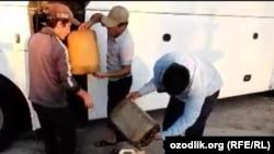 В Узбекистане еще один автобус с иностранными туристами застрял на дороге из-за отсутствия дизельного топлива на местном АЗС.