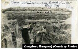 Лейтэнант Рубэнс (зьлева) з прыяцелем на ўмацаваных пазыцыях паўднёвей Мажэйскага возера, чэрвень 1916-га