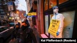 Паліцыя на апусьцелых вуліцах Франкфурту, 12 сьнежня 2020 году