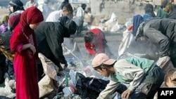 عراقيون يبحثون عن لقى مخلفات معدنية وبلاستيكية في الأزبال