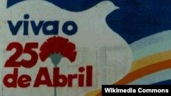 """Уличная фреска в память о """"революции гвоздик"""" в городе Порту"""