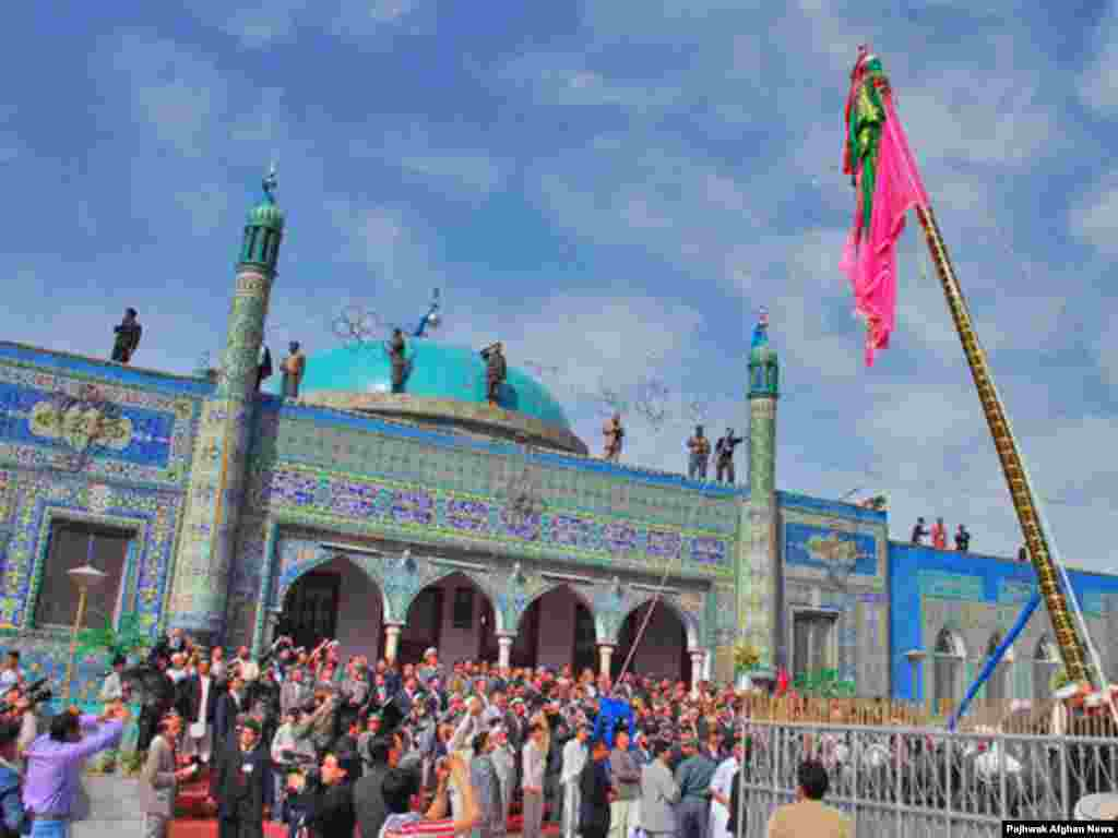 Many people make the pilgrimage to Mazar-e Sharif to celebrate Norouz - Noruz08 Afhanistan - At least 6000 people celebrated the first day of the Nawroz. Mazare Sharif, 20Mar2008 Noruz08
