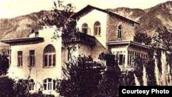 Осенью 1898 года Чехов поселился в Ялте, где течение года он выстроил дом и флигель, составляющие единый архитектурный ансамбль. Белая дача, 1901 год