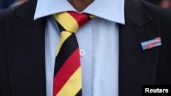 """მამაკაცი გერმანიის ეროვნული დროშის ფერების ჰალსტუხითა და ანტიიმიგრატნული პარტიის """"ალტერნატივა გერმანიისთვის"""" სამკერდე ნიშნით ქალაქ შვერინში."""