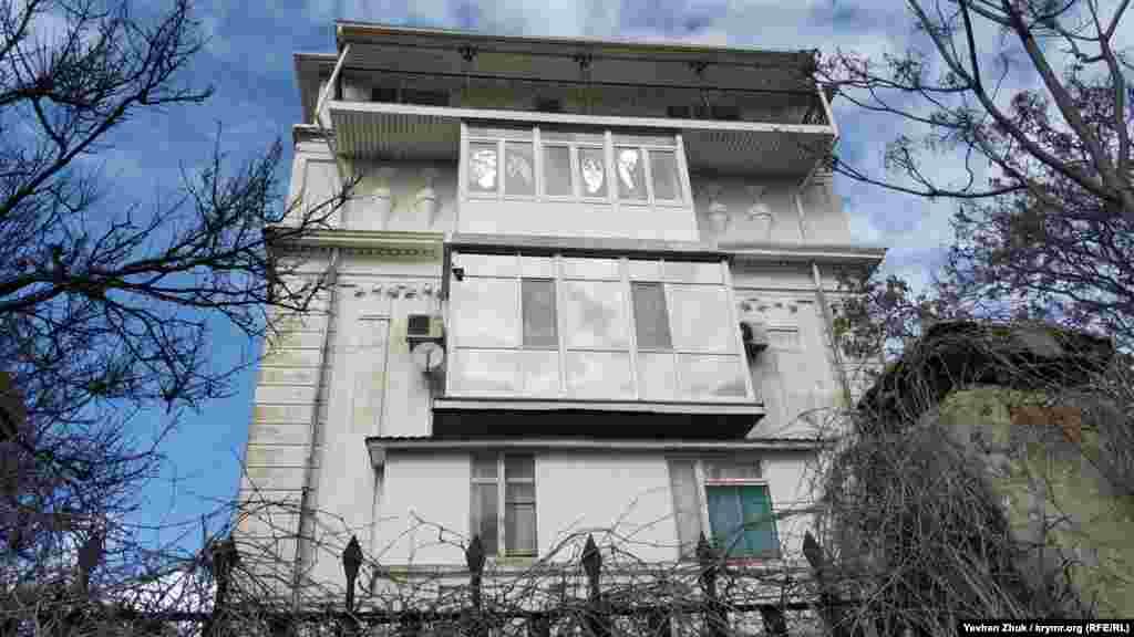 На бічних фасадах барельєфи у вигляді амфор. У той час зодчі намагалися відтворити «велич радянського ладу» навіть в архітектурі житлових будинків. Звідси і монументальність, хоча ці будинки фактично зводилося на задвірках Севастополя – поруч проходив кордон Нахімовського району міста