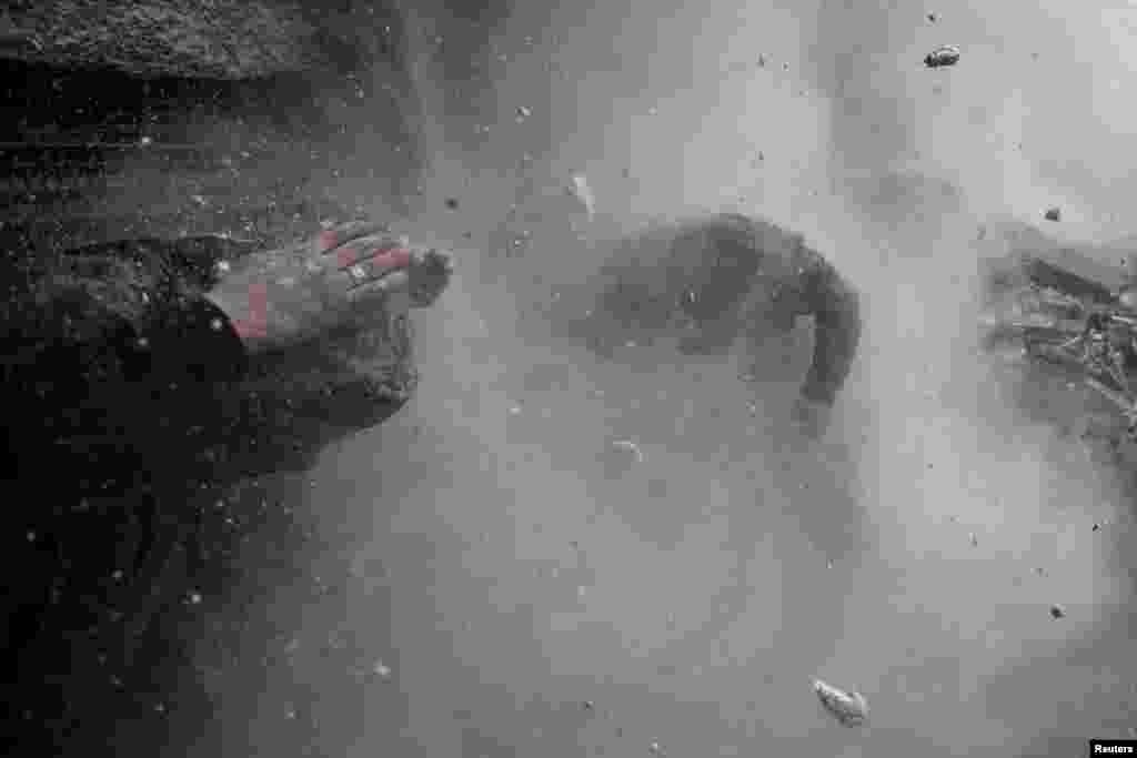 """Reuters өчен эшләүче Серб фотографы Горан Томашевич фотолары шәлкеме """"Кайнар хәбәрләр"""" номинациясендә җиңеп чыкты. Бу фотода 2013 елның 13 гыйнварында Сүрия башкаласы Димәшктә танк һөҗүменә дучар булган гыйсъянчы сугышчылар сурәтләнә."""
