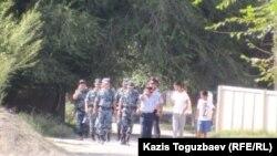 Военно-полицейский патруль на одной из улиц села Шенгельды. Алматинская область, 21 августа 2013 года.