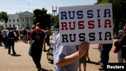 Участники протеста перед Белым домом против увольнения директора ФБР Джеймса Коми