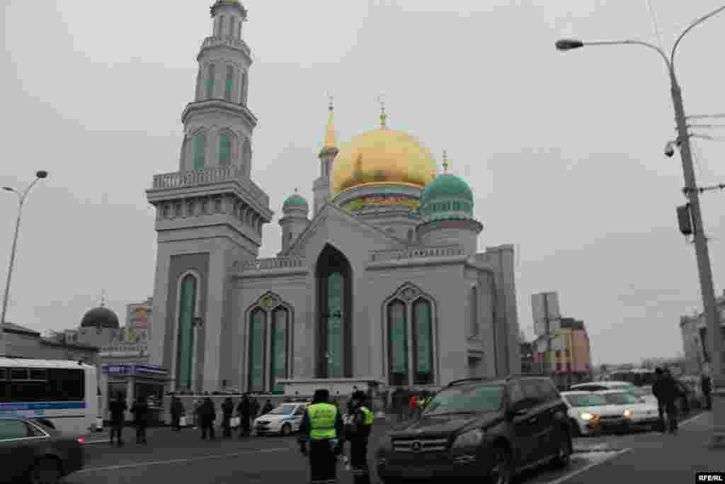 Жыйын Орусия баш калаасында былтыр жаңы ачылган 10 миң кишилик борбордук мечитте өттү.