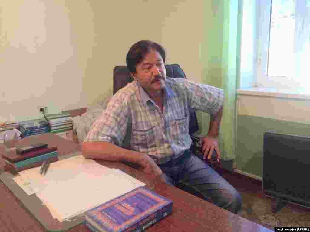 Мавлонжон Абдураззаков, предприниматель и председатель таджикской ассоциации в Уч-Кoргoнe, в своем кабинете. На столе и слева у стены учебники на таджикском языке, присланные правительством Таджикистана. Говорит, что во время конфликтов на кыргызско-таджикской границе, ситуация в Уч-Коргоне накаляется, и наоборот.