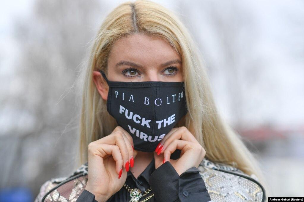 Немецкая модель Франциска носит маску с надписью, которая была сделана на заказ в магазине Pia Bolte Style в Мюнхене, Германия.