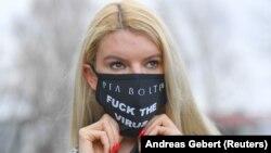 Нямецкая мадэль Францыска носіць маску, зробленую на замову ў краме Pia Bolte Style у Мюнхене.