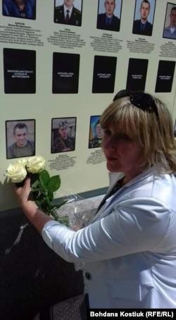 Алла Лобжина, мати загиблого бійця, біля Народної стіни пам'яті, Київ, 8 травня 2019 року
