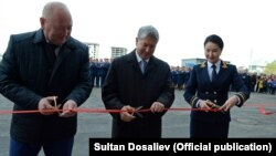 Секретарь Совета безопасности Женши Разаков, президент Алмазбек Атамбаев и генпрокурор Индира Джолдубаева, 3 октября 2017 г.