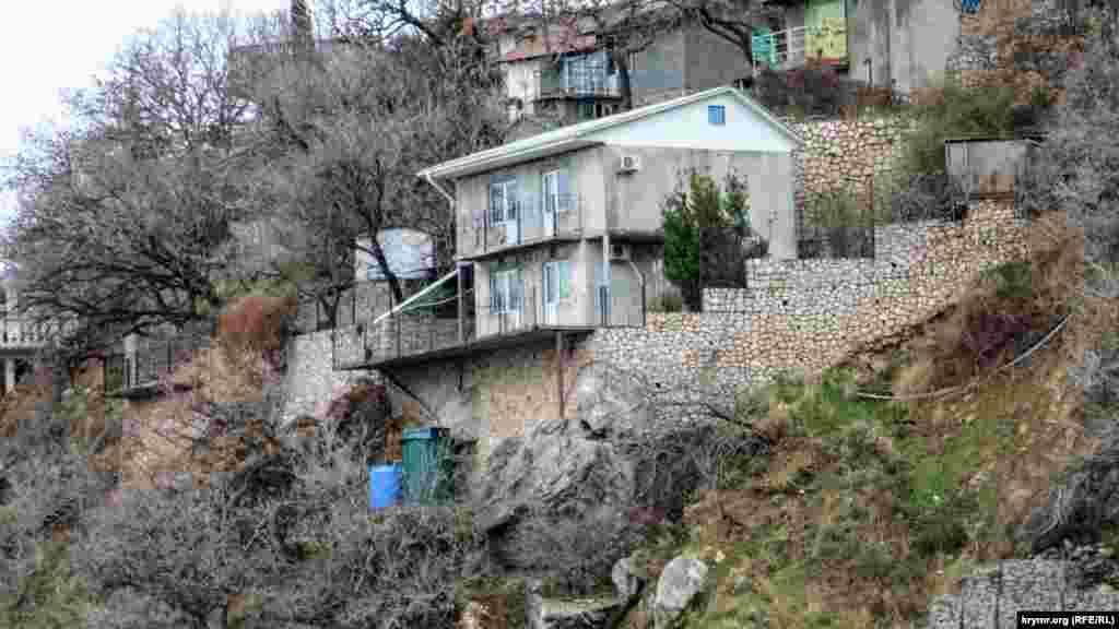 Яскравий приклад хаотичних забудов практично біля берега