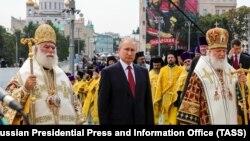 Зліва – направо: патріарх Олександрійський Феодор ІІ, президент Росії Володимир Путін та патріарх Московський Кирило в Москві, 28 липня 2018 року