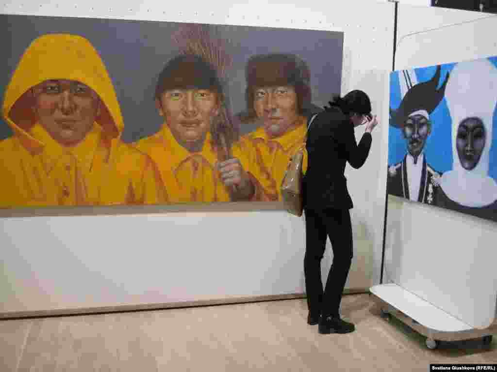 По словам художника, его картины рассказывают об утраченной связи разных поколений.