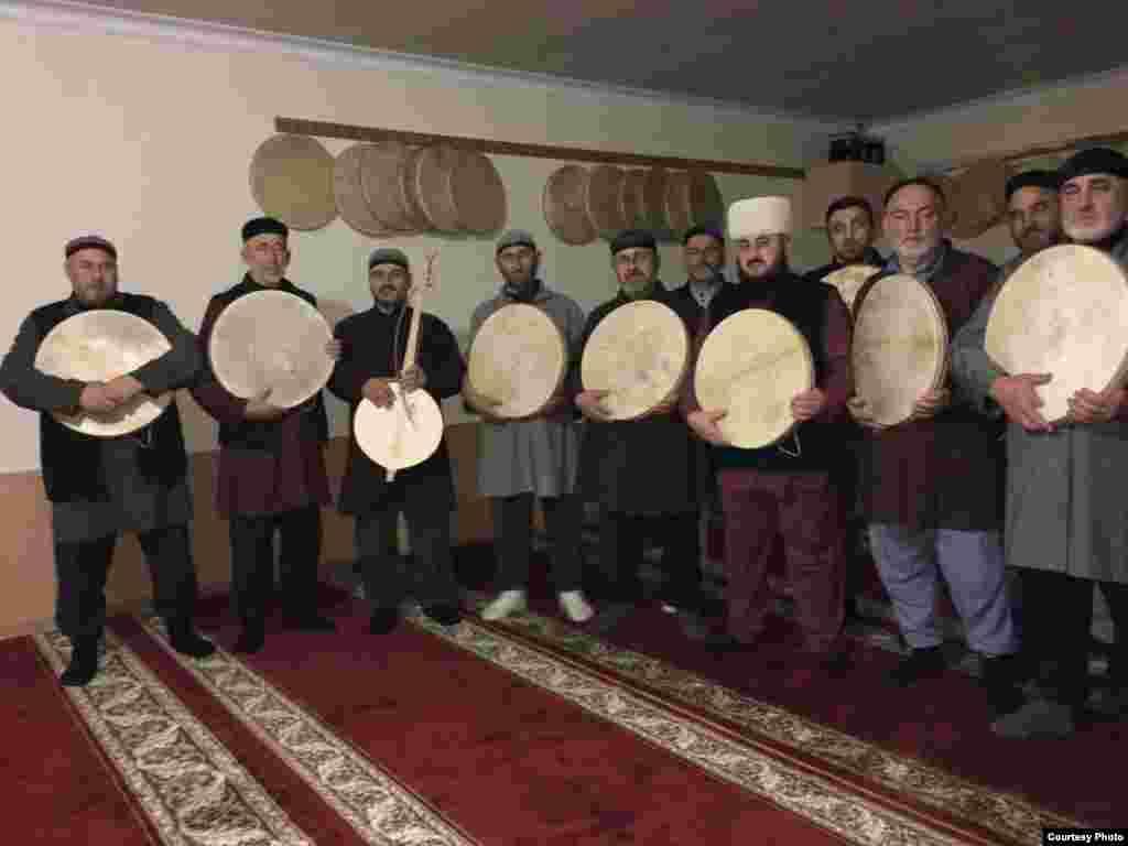 Чеченцы во время совершения традиционного зикра.