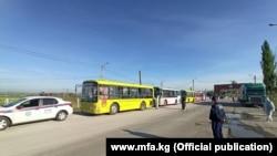 Орусиядан Казакстан аркылуу кайткан мигранттар автобус менен ташылып келди. 7-май, 2020-жыл.