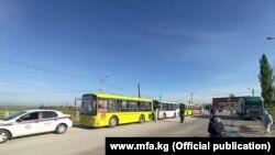 Соль-Илецк шаарынан кайткан кыргызстандыктар отурган автобустар. 7-май, 2020-жыл.