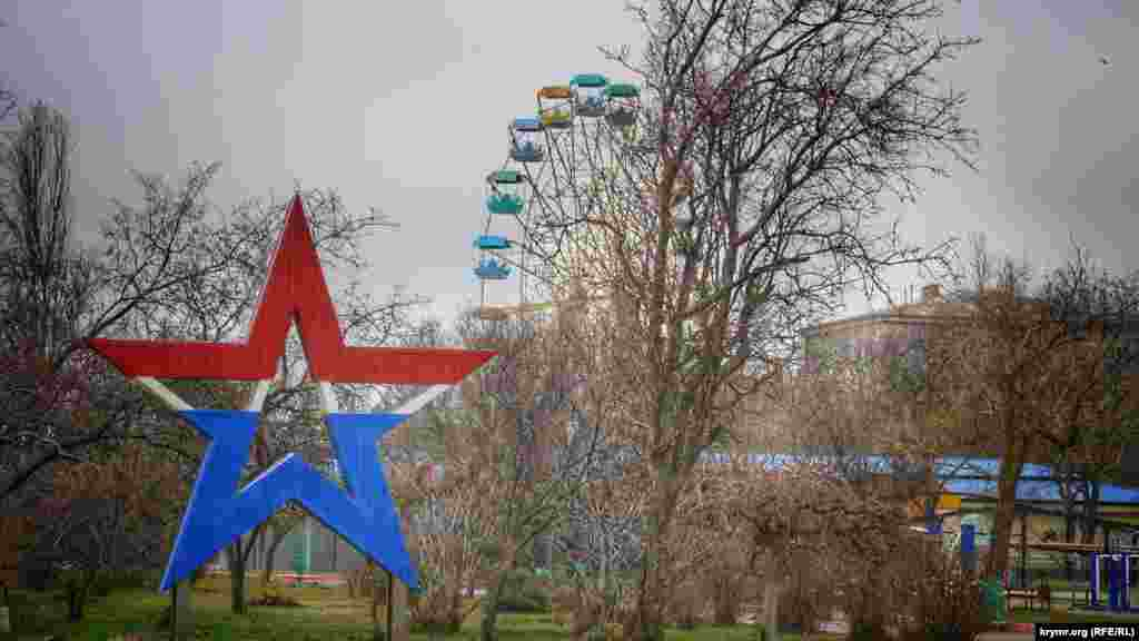 Кованая металлическая звезда в центре сквера на набережной в Керчи. Местная жительница шутит: «В Крыму в этом плане все стабильно. У нас в центре города может стоять или крест православный, или звезда советская»