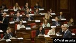 Президент Армении Серж Саргсян выступает на открытии четвертого пленарного заседания Парламентской Ассамблеи «Евронест» в Ереване, 17 марта 2015 г.