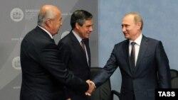 Președintele Vladimir Putin, François Fillon și omul de afaceri libanez Fouad Makhzoumi Forumul Internațional Economic de la St. Petersburg în 2015