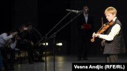 Dejlov sin Kigen svira na premijeri filma u SAD
