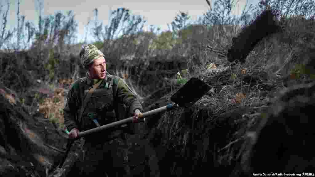 A Ukrainian soldier digs a trench near Bohdanovka, in the Donetsk region, on September 26. (Andriy Dubchak, RFE/RL)