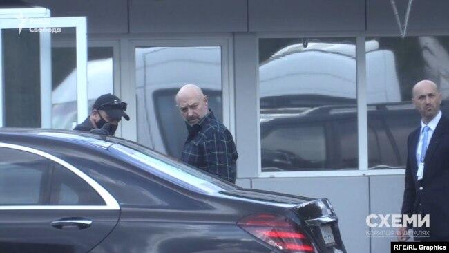 30 квітня «Схеми» помітили, як в аеропорт «Бориспіль» приїхав кортеж із Геннадієм Боголюбовим