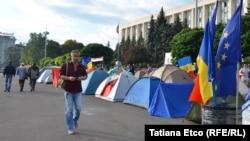 Майдан у Кішынёве. Маніфэстанты ўсталявалі каля 100 намётаў і назвалі намётавы гарадок, мястэчкам «Годнасьці і справядлівасьці»