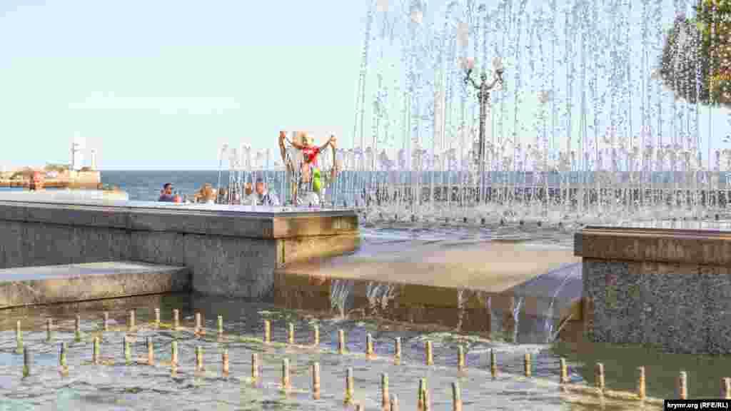 А это фонтан на набережной Ялты