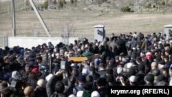 Похорон закатованого під час окупації кримського татарина Решата Аметова на міському цвинтарі Сімферополя «Абдал», 18 березня 2014 року. Ілюстративне фото