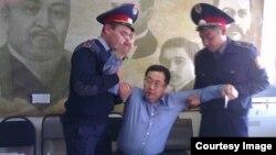 Азаматтық белсенді Ермек Нарымбаевты 2014 жылы 17 қазанда Алматыда полиция ұстап жатқан сәт. (Көрнекі сурет)