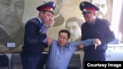 Полицейские производят арест Ермека Нарымбаева в офисе его НПО. Алматы, 17 октября 2014 года.