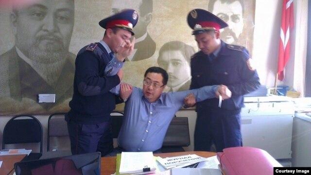 Полицейские проводят задержание гражданского активиста Ермека Нарымбаева. Алматы, 17 октября 2014 года.