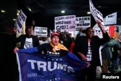 Сторонники Дональда Трампа празднуют его победу на Таймс-сквер в Нью-Йорке