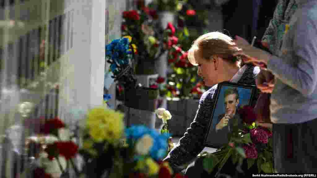 Учасниці ходи поклали квіти і поставили лампади до «Народної Стіни Пам'яті»