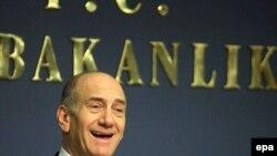 اولمرت: نخست وزير اسراييل، در روز پنجشنبه، در ترکيه به خبرنگاران گفت که جامعه جهانی مايل نيست ايران به سلاح هسته ای دست يابد.