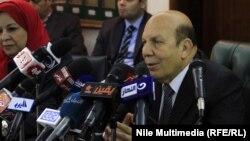 وزير التنمية المحلية المصري عادل لبيب يتحدث في مؤتمر صحافي في القاهرة