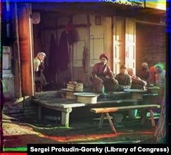 Самарқандағы дәмханалардың бірінде жұмыс арасында демалып отырған кәуапшы.