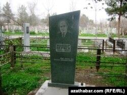 Hydyr Derýaýewiň Aşgabatdaky mazary.