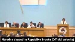 Maja Gojković (desno) obraća se poslanicima Narodne skupštine Republike Srpske, 14. april 2016.